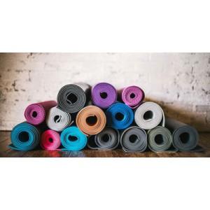 Как выбрать коврик для йоги: советы для начинающих>