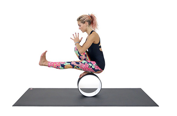 Ардха падма падангуштхасана на колесе для йоги